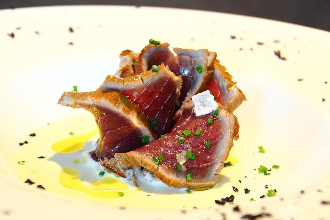 Tataki de atún rojo marinado con ajoblanco malagueño en Debonair