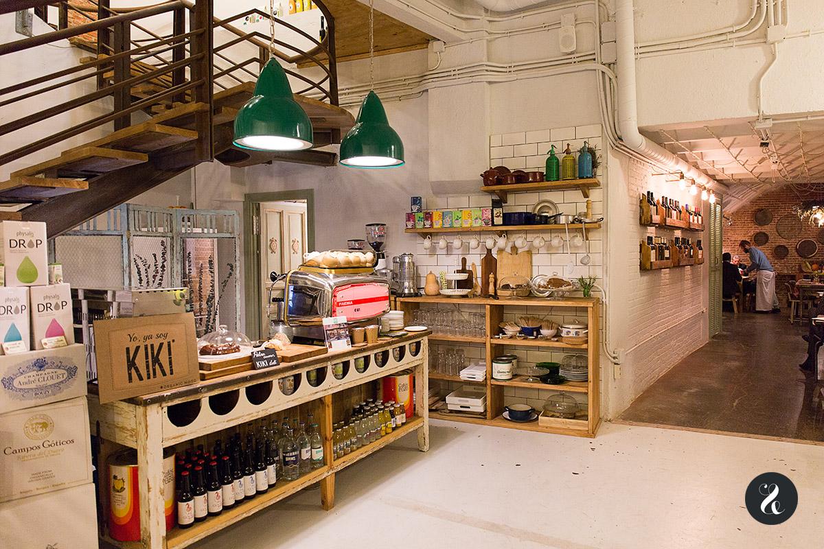El 'hall' del restaurante de Kiki, Kiki Deli, con un precioso mueble 'vintage' del hotel Suecia en el que se exponen sus tartas caseras - Foto Lora Demodé