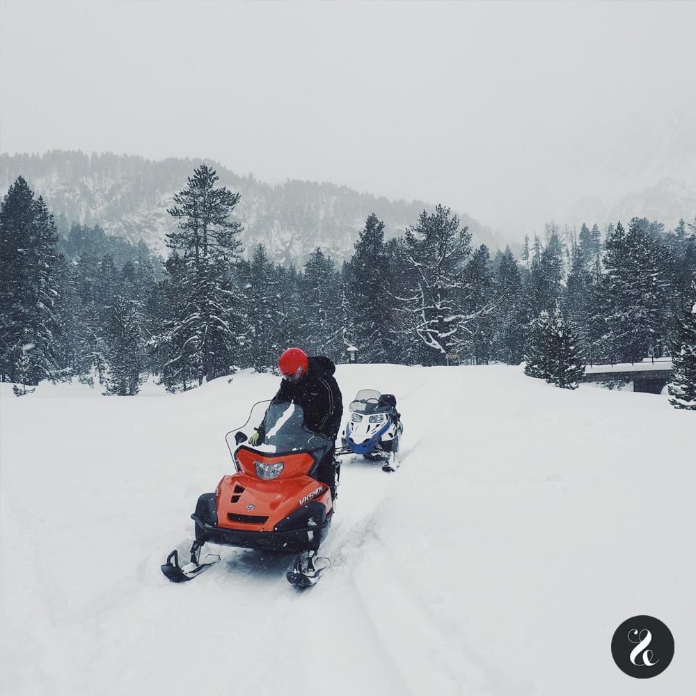 Motos de nieve en el Valle de Arán - Banhs de Tredós
