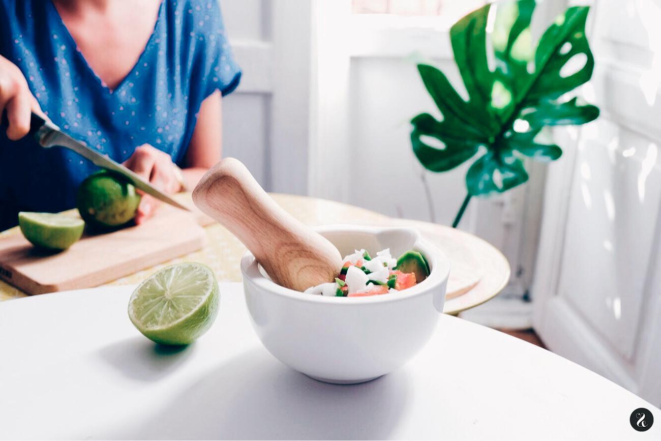 Preparación de ingredientes para el guacamole.