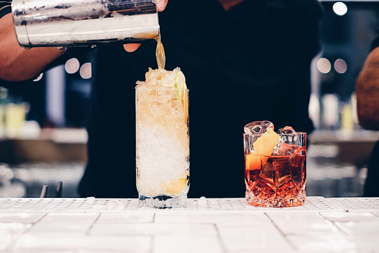 Barman preparando cócteles con Seagram's