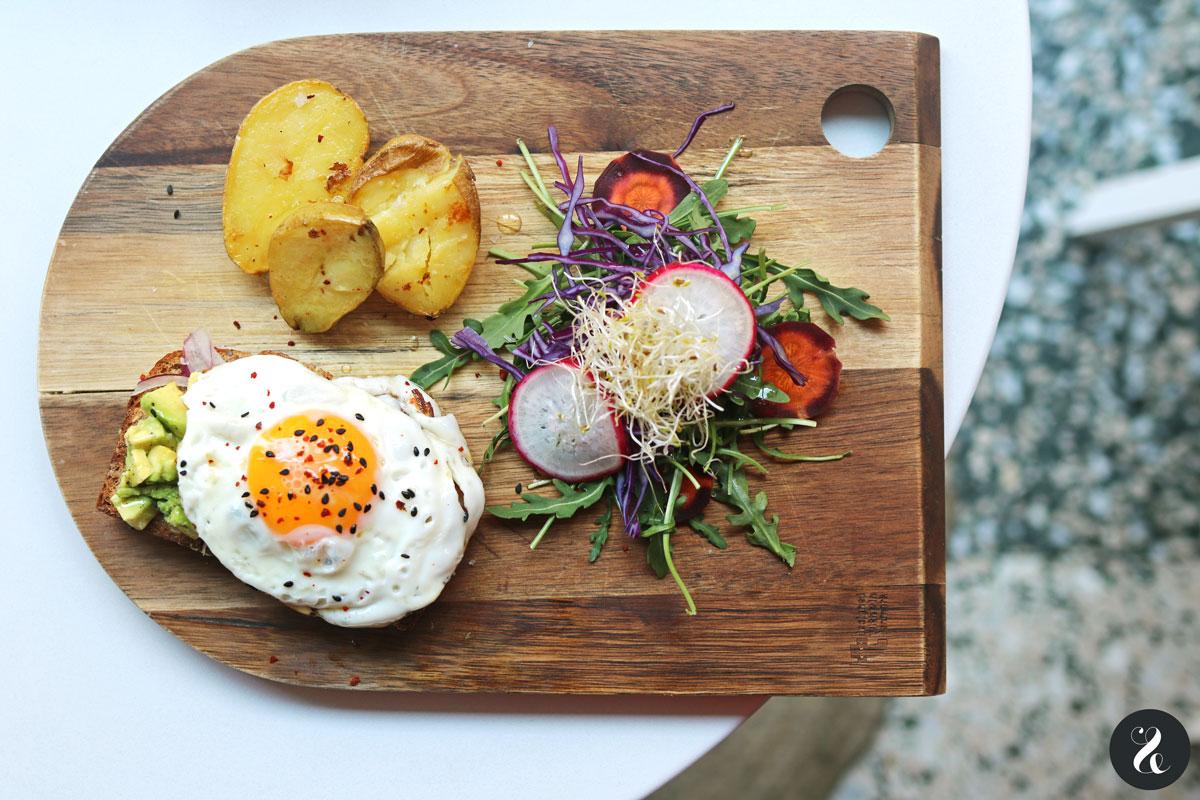 Tostada de aguacate y huevo - Abolea Madrid - restaurantes sanos Madrid